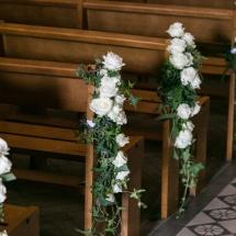 Bout de banc rose blanche cérémonie église mariage - Reflets Fleurs