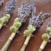 Boutonnière champêtre lavande mauve bleu - Reflets Fleurs mariage