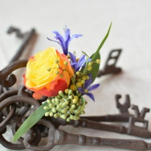 Boutonnière mariage jaune orange violet - Reflets Fleurs