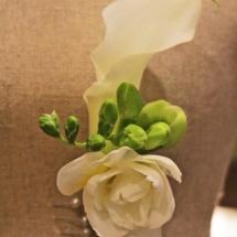 Mariage boutonnière du marié calla blanc et rose - Reflets Fleurs