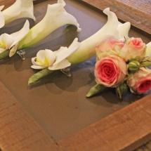 Mariage boutonnière du marié calla blanc et rose branchu - Reflets Fleurs