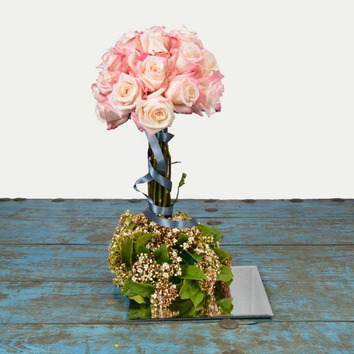 arbre de rose sur miroir composé de rose par reflets fleurs