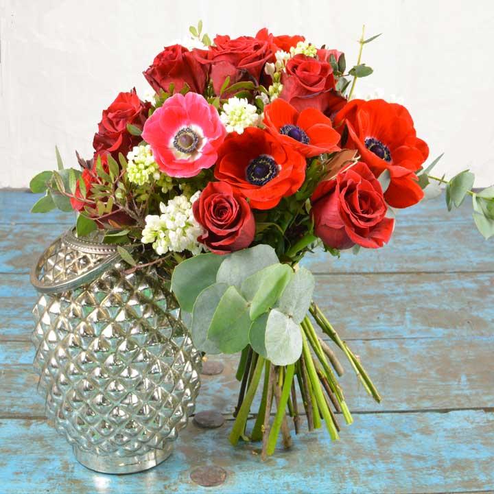 Bouquet de fleurs composé de roses rouge pour la saint-valentin reflets fleurs