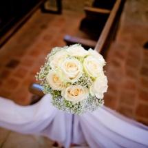 Bout banc décoration chaise fleurs bouquet de roses gypsophiles - Reflets Fleurs mariage