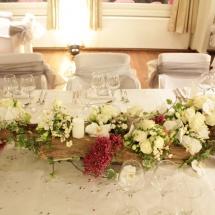 Centre de table allongée bois tronc fleurs blanches - Reflets Fleurs mariage