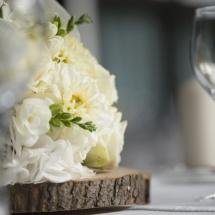 Centre table blanc vert rondin bois - Reflets Fleurs mariage
