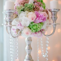 Centre table chandelier blanc rose bougies - Reflets Fleurs mariage