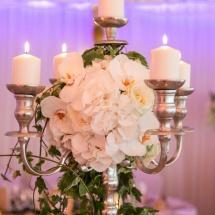 Centre table chandelier blanc vert - Reflets Fleurs mariage