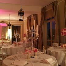 centre-table-chandelier-transparent-rose-fushia-blanc-mariage-reflets-fleurs