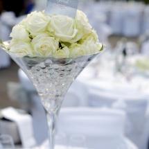 Centre table haut boule de rose blanche mariage coupe martini - Reflets Fleurs