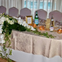 Centre de table long blanc vert orchidée - Reflets Fleurs mariage