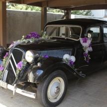 Décoration fleurs voiture blanc et mauve - Reflets Fleurs mariage