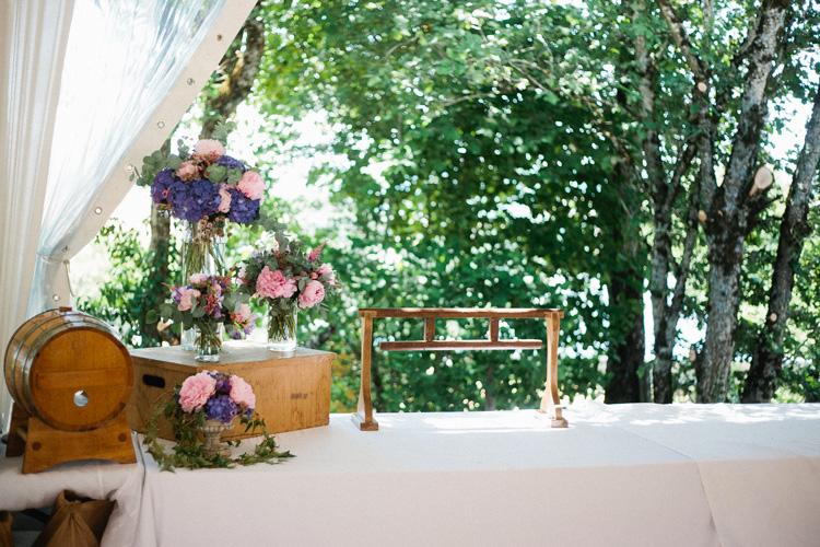 Décoration des buffets, fleurs vinage hortensia, pivoine, rose Fleuriste mariage Paris France