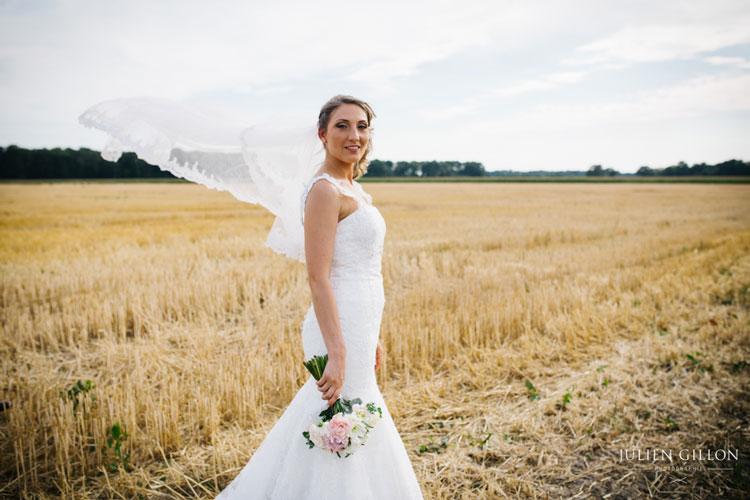 un mariage romantique, julie en robe de mariée avec son bouquet de mariée