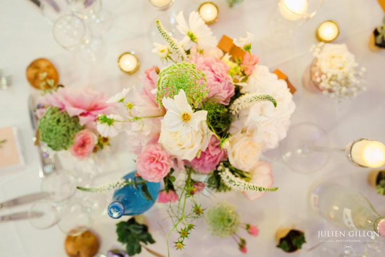 un mariage romantique, centre de table trio de vase composé de fleurs champêtre