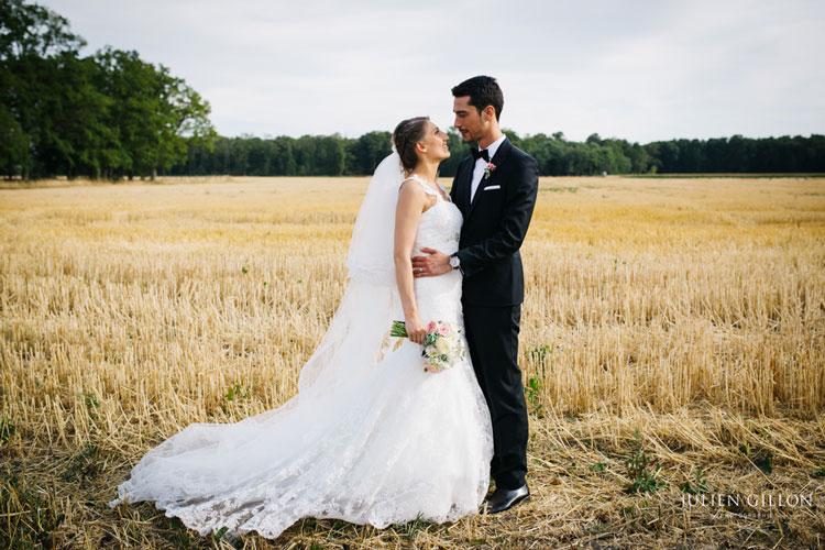 un mariage romantique, couple avec le bouquet de mariée