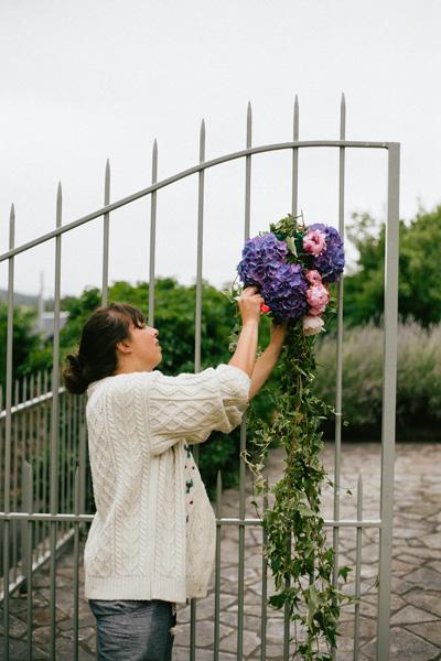 Laetitia de reflets-fleurs réalisation d'un portail fleuri. Fleuriste mariage Paris-France