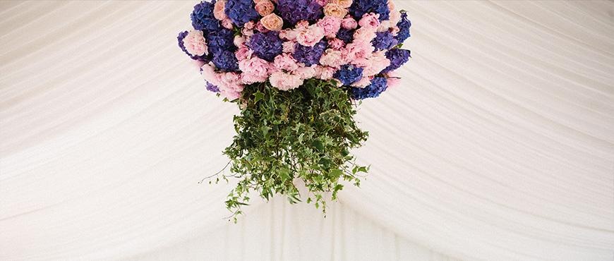 Mariage en aveyron, réalisation d'un lustre de fleurs par reflets fleurs fleuriste mariage Paris-France