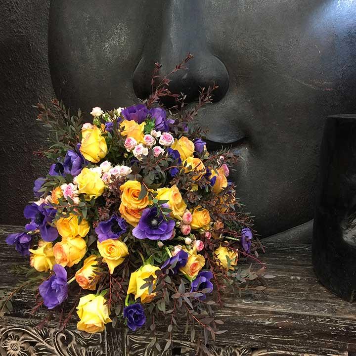 livraison d'un coussin de fleurs dans les coloris de jaune violet. Livraison de l'immortel dans toute la france