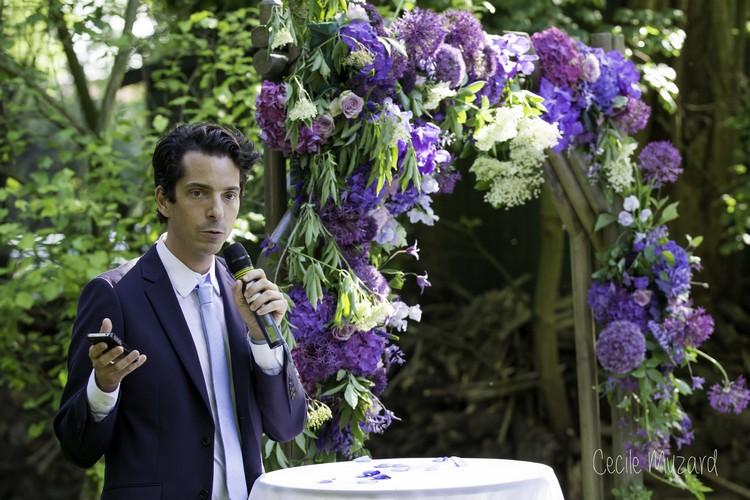 ceremonie-engagement-mariage-manoir-de-l-ile-aux-loups-arche-de-fleurs-mauve