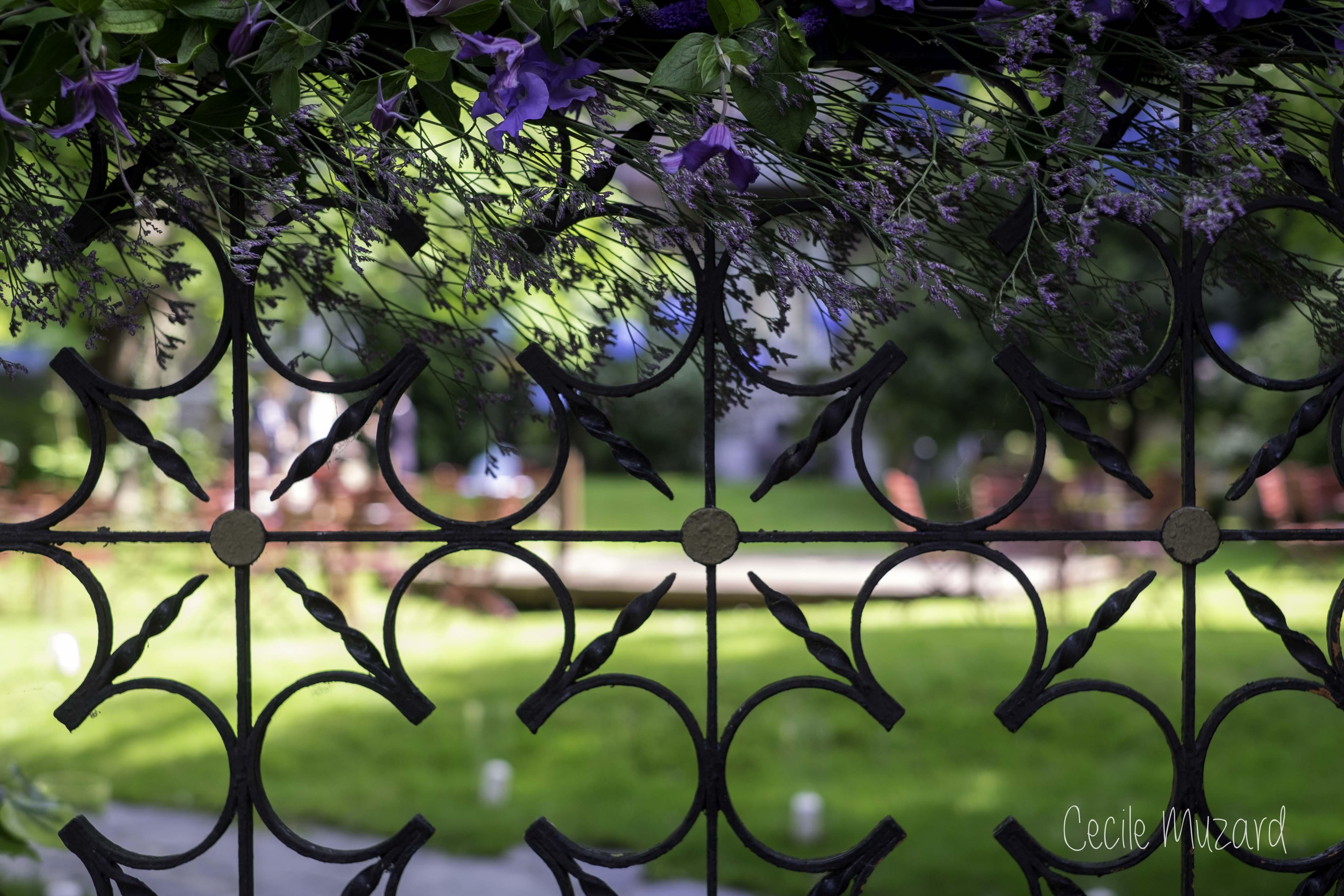 portail-fleurs-mauve-rose-hortensia-manoir-de-l-ile-aux-loups-mariage-reflets-fleurs-paris-france-cecile-muzard-1