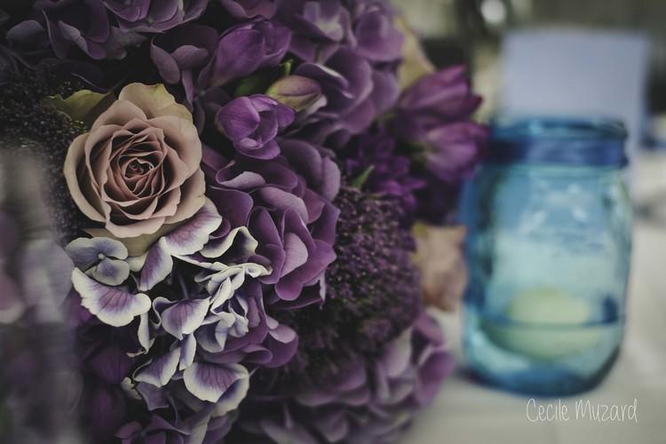 centre-de-table-boule-de-fleurs-mauve-degradé-mariage-reflets-fleurs-photographe-cecile-muzard