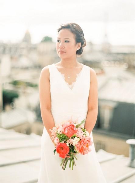 laddavanh-et-stephane-bouquet-de-mariee-champetre-reflets-fleurs-corail-pivoine-astilbe-fleuriste-mariage-paris-france