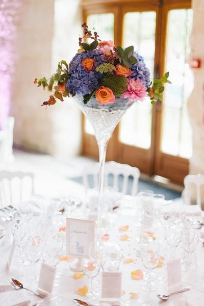 laddavanh-et-stephane-centre-de-table-bleu-corail-coupe-martini-moderne-champetre-reflets-fleurs-corail-pivoine-astilbe-fleuriste-mariage-paris-france