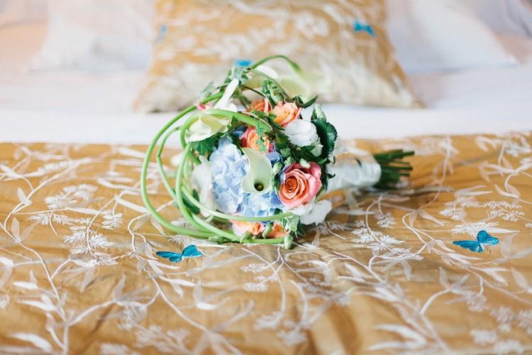 laddavanh-et-stephane-bouquet-de-mariee-moderne-bleu-corail-fleuriste-mariage-reflets-fleurs-paris-france