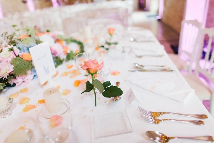 mariage-Laddavanh-Stephane-table-des-mariee-bleu-corail-fleurs-f-fleuriste-reflets-fleurs-paris-france